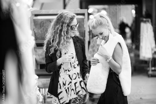 fototapeta na ścianę Girls in a clothing store