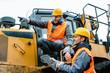 Leinwandbild Motiv Vorarbeiter gibt Arbeiter im Tagebau Tipps und Anweisungen