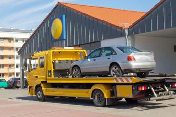 Abschleppwagen mit einem kaputtem Auto