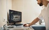 Stomatologia z sercem. Dentysta patrząc na zdjęcie rentgenowskie szczęk na monitorze komputera cyfrowego