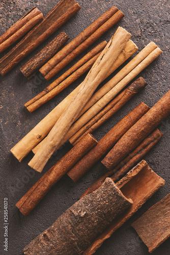 Various types of cinnamon sticks © alinakho