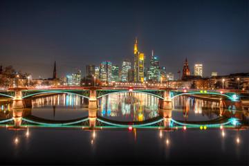 Die Skyline von Frankfurt am Main am Abend