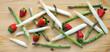 canvas print picture - moderne Komposition von grünem und weißem Spargel mit Erdbeeren auf Holz, Banner, Header, Headline, Panorama