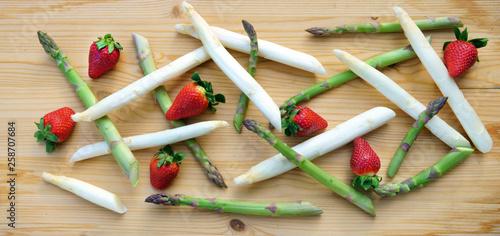 canvas print picture moderne Komposition von grünem und weißem Spargel mit Erdbeeren auf Holz, Banner, Header, Headline, Panorama