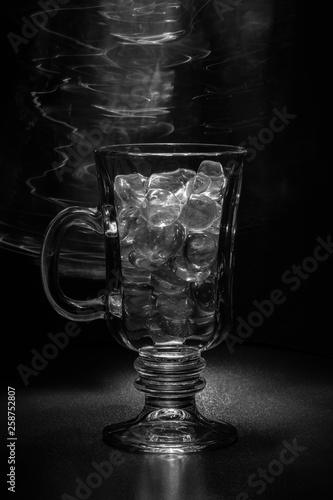 canvas print picture Glas mit rauchendem Eis