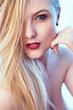 Portrait jeune demoiselle blone souriante aux lèvres rouges