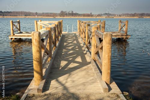 Drewniane molo na jeziorze © marioszek