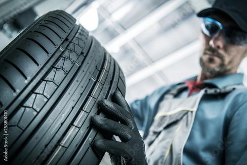 Replacing Car Tires © Tomasz Zajda