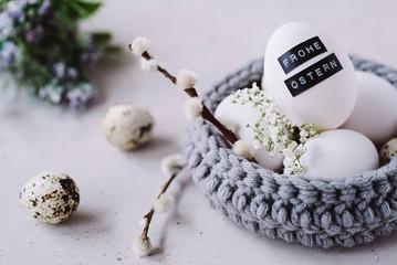Osterkörbchen aus Wolle und beschriftetem Osterei