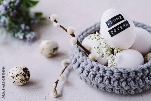 Leinwandbild Motiv Osterkörbchen aus Wolle und beschriftetem Osterei