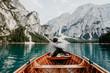 Mensch genießt den einsamen schönen See mit Ausblick auf die Berge
