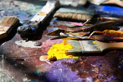 canvas print picture Künstler Pinsel auf einer Palette mit vielen bunten Farben