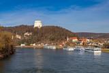 Blick über die Donau auf die Befreiungshalle in Kelheim