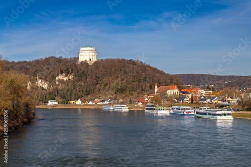 canvas print picture Blick über die Donau auf die Befreiungshalle in Kelheim