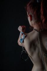 junge frau bdsm fetisch gefesselt handschellen devot