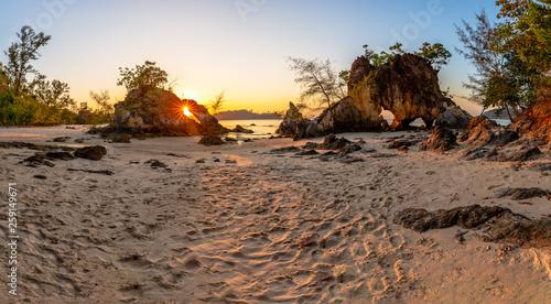 canvas print picture Traumhafter Sonnenuntergang hinter Felsen am Strand von Koh Phayam