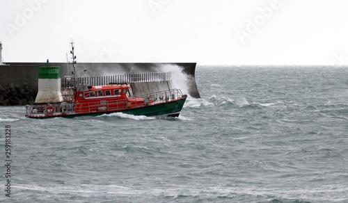 canot de sauvetage en mer dans le mauvais temps