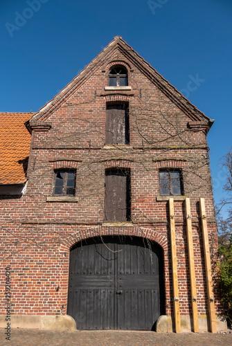 Leinwanddruck Bild Abstuetzung an einem alten Haus