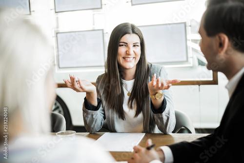 fototapeta na ścianę Kunden im Verkaufsgespräch
