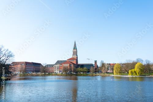 Leinwanddruck Bild Kiel Innenstadt im Morgenlicht Hiroshimapark mit Kleinem Kiel, Rathaus  und Opernhaus am Rathausplatz, der Frühling hält Einzug