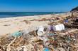 Leinwandbild Motiv Plastikmüll am Strand