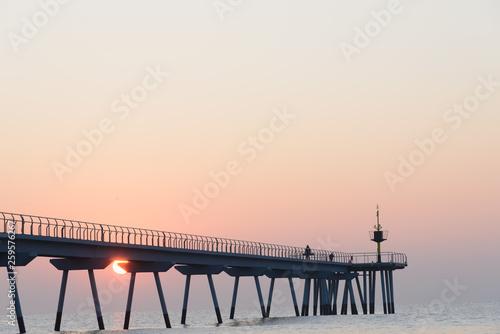 Salida de sol, amanecer en el puente del petróleo en Badalona, Cataluña, España © gurb101088