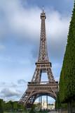 Fototapeta Fototapety z wieżą Eiffla - Al pie de la Torre Eiffel. © Molossette