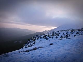 Wschód słońca zimą w górach - Babia Góra, Beskid Żywiecki. Śnieżne góry