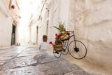 Fahrrad als Dekoration in einer Gasse Italiens