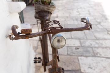 Altes und rostiges Fahrrad