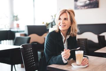 Frau genießt einen Kaffee im Cafe
