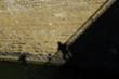 ombra strana su muro di pietre