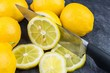 canvas print picture - Ein scharfes Küchemesser schneidet eine Zitrone in Scheiben