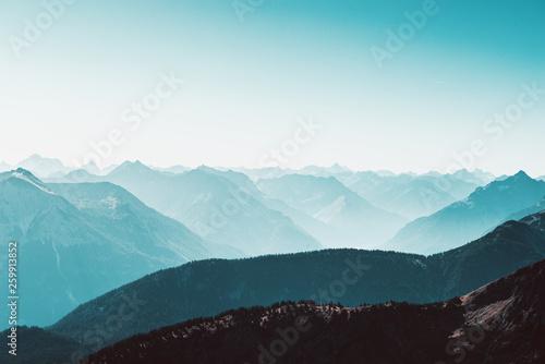 Berglandschaft im frühmorgenlichen Nebel - 259913852
