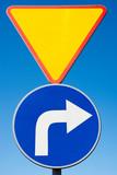 Znaki drogowe Ustąp pierwszeństwa i Nakaz skrętu w prawo