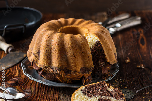 Delicious home-baked marble cake served on a wooden board with rustic decoration (baked by Alina Tschemernjak) © Hetizia
