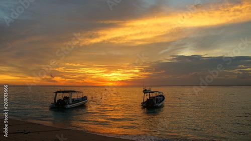 malerischer Sonnenuntergang über dem Meer mit 2 Booten auf der Insel Lembongan in Indonesien