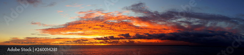 fototapeta na ścianę weites Panorama eines Sonnenuntergangs über dem Meer bei Bali