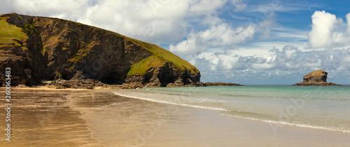 Der Strand von Portreath Beach in Cornwall mit einem schönen Wolkenhimmel und beeindruckenden Felsen - 260063483