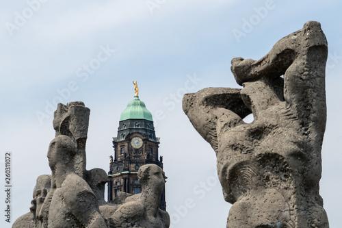canvas print picture Rathausturm von Dresden hinter einem Denkmal auf öffentlichem Platz