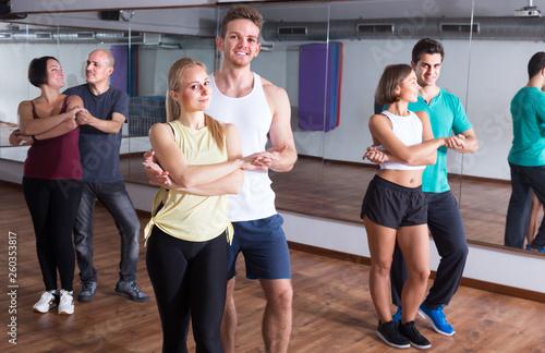 fototapeta na ścianę girls and men learning salsa
