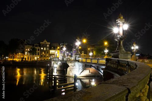 Nachtstadt mit Laternen © Waldemar