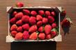 canvas print picture - Topshot von Erdbeeren in einer Holzstiege