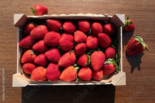 canvas print picture Topshot von Erdbeeren in einer Holzstiege