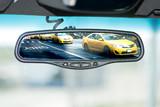 Taxis von New York im Aussenspiegel von einem Auto