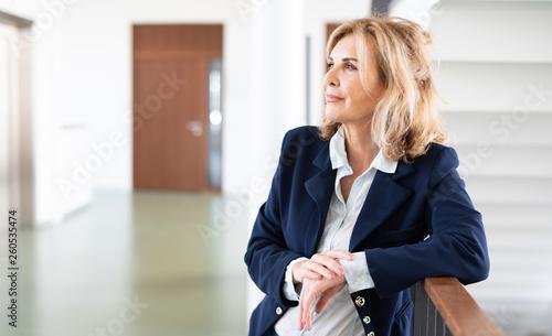 Leinwandbild Motiv Attraktive reife Frau im Business-Outfit