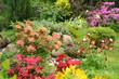 Gartenidylle mit vielen Blumen - 260567683