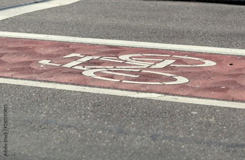 Fahrradstreifen mit Piktogramm auf dem Asphalt