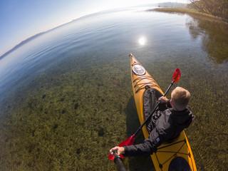 Kanu auf einem See, klares Wasser, Seenplatte