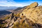 Riscos de granito en la Sierra Paramera y Sierra de Gredos al fondo en un día soleado. Avila. España. Europa.